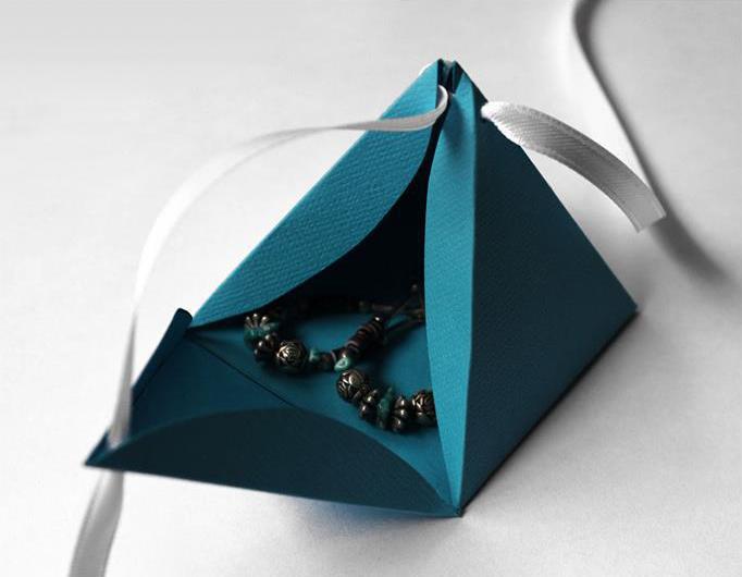 ajándékdoboz apró meglepetéssel